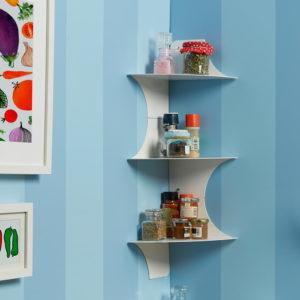Dettaglio angolo cucina con composizione di mensole angolari