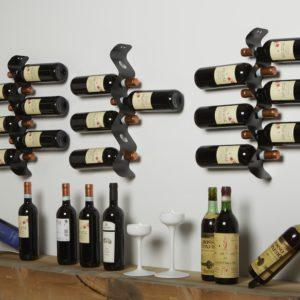 Esposizione di vini e champagne con portabottiglie da parete in metallo| Mipiacemolto