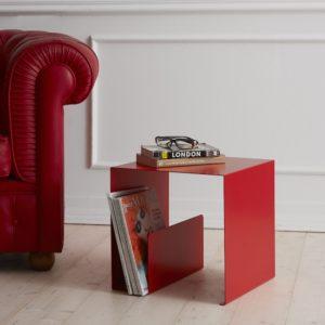 Salotto con divano rosso in pelle con tavolino portariviste design quadrato | Mipiacemolto