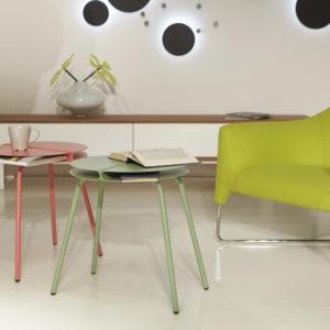 Living stile minimal con poltrona verde e tavolini da caffè colorati ASPIRINO