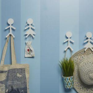 Parete a righe con originali ganci da parete a forma di omini | Mipiacemolto