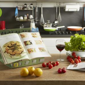 Cucina con leggio READ ME per ricettario e anacleto portamestolo