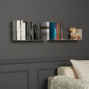 Stanza da lettura con mensole per libri design