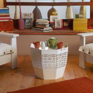 Tavolino da solotto in metallo bianco TAKEAMI con vassoio removibile posizionato in angolo relax con poltrone e libri