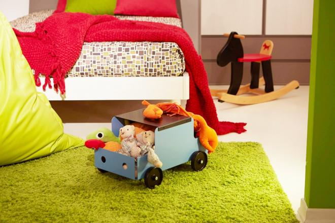 Cameretta dei bambini ordinata con contenitore porta oggetti con ruote Car