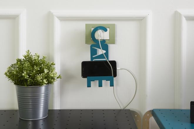 Porta cellulare da muro in metallo da aggangiare alla spina supporto per smartphone | Mipiacemolto