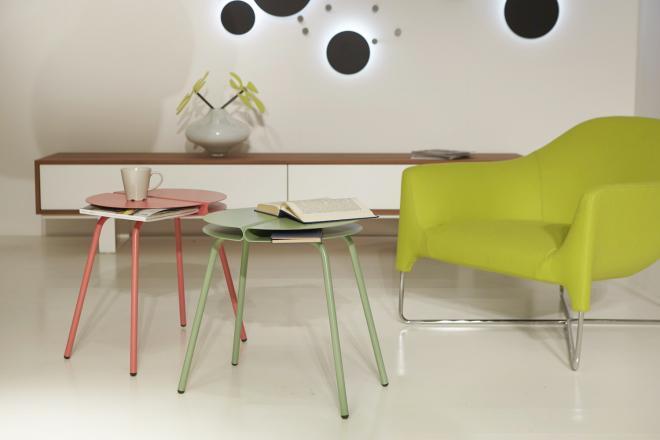 Living stile minimal con poltrona verde e tavolini da caffè colorati rosa e verde | Mipiacemolto